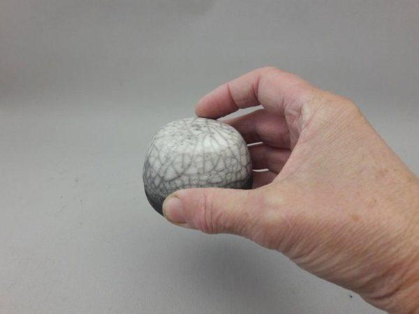 salière magique dans la main céramique raku nu