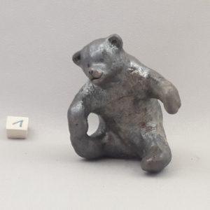 Ourson brun en ceramique en train de jouer