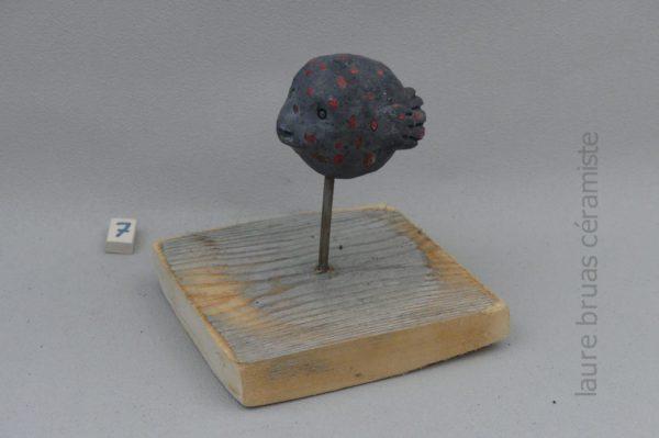 poisson lune ceramique raku sur pic et socle en boisnoir points rouge