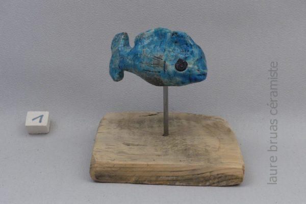 poisson bleu ceramique raku sur pic et socle en bois