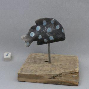 poisson à poids ceramique raku sur pic et socle en bois