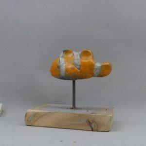 pesce pagliaccio nemo raku in ceramica su plettro e base in legno