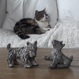 Sculpture de chien terrier fox en ceramique raku - sculpteur animalier
