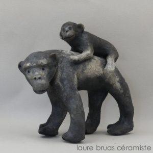 Chimpanzé avec son petit sur le dos céramique enfumée