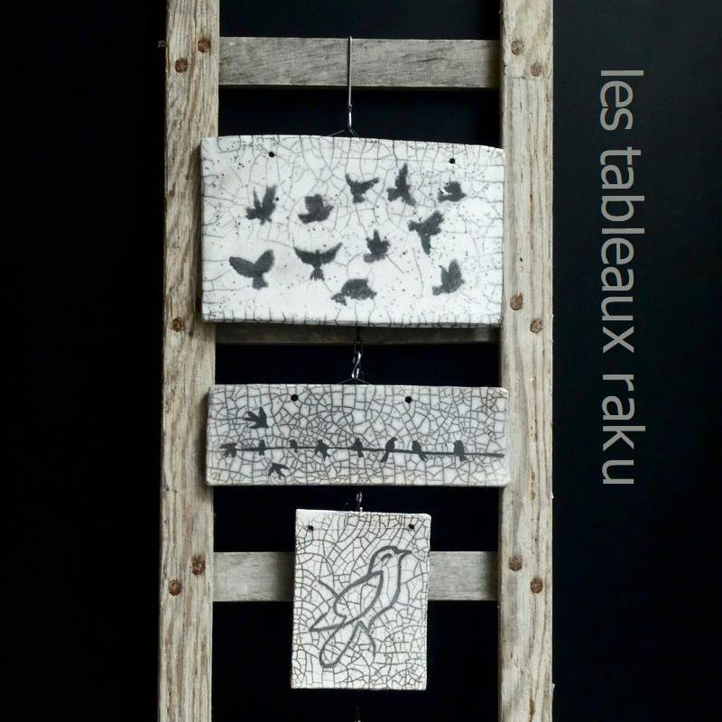 echelle de meunier avec quatres tableaux en raku accrochés dessus