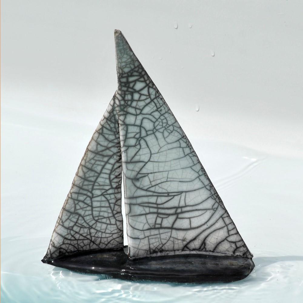 bateau raku dans eau piscine